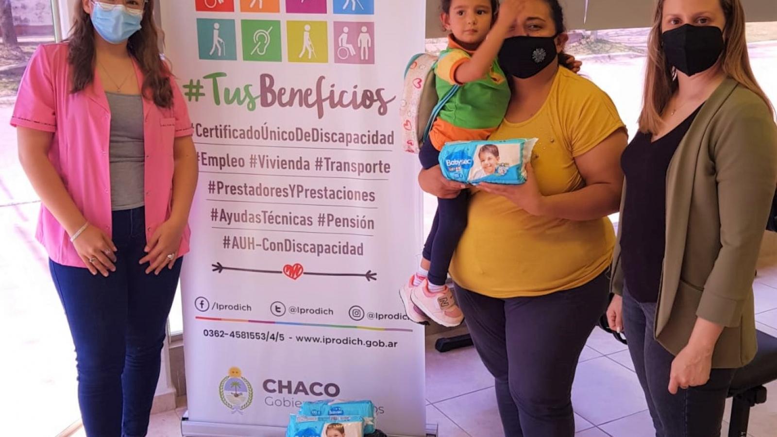 Niño con discapacidad recibe pañales por parte de trabajadoras del IPRODICH