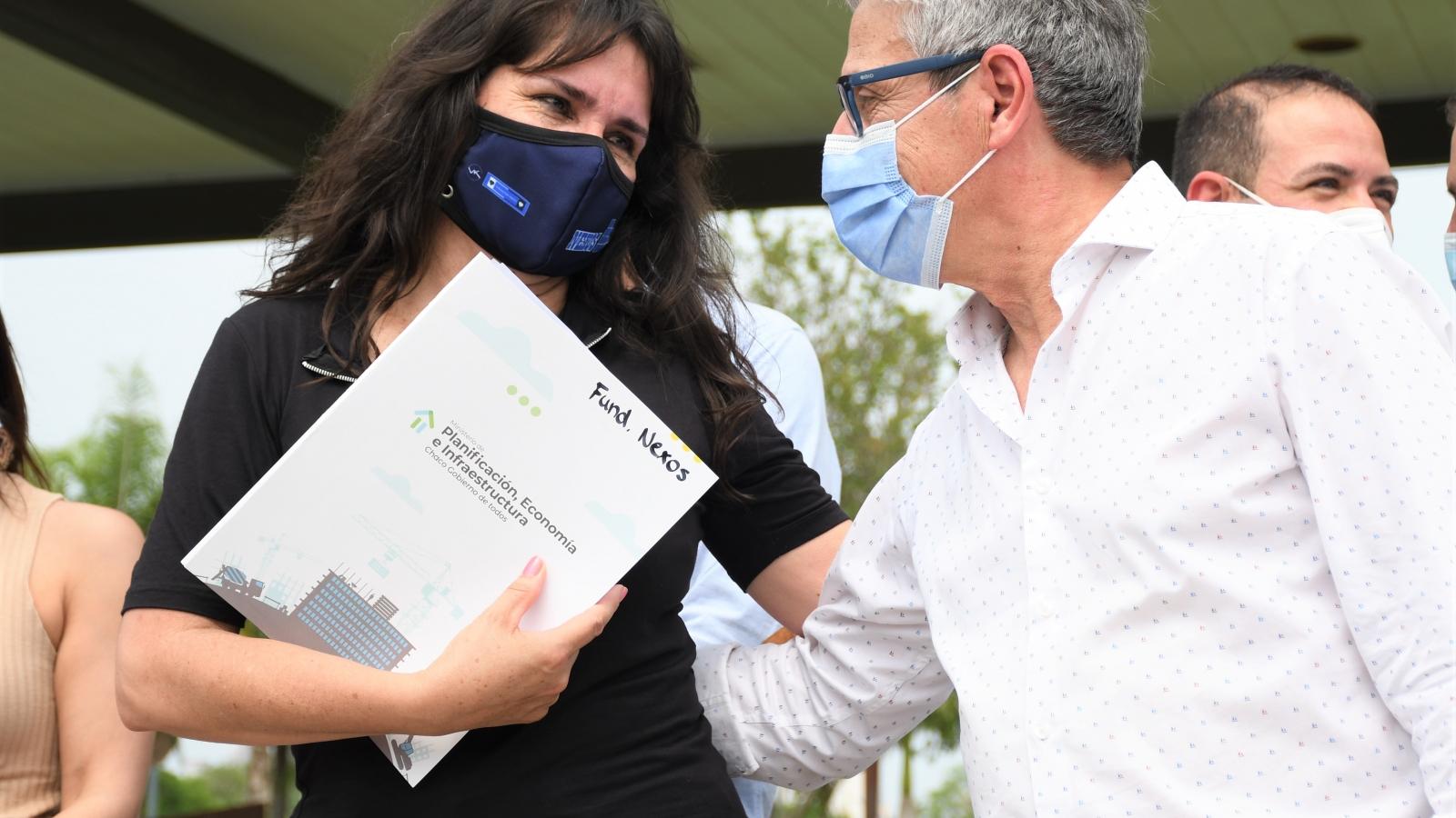 El presidente Lorenzo entregando la tarjeta del Programa Tuya Reactiva
