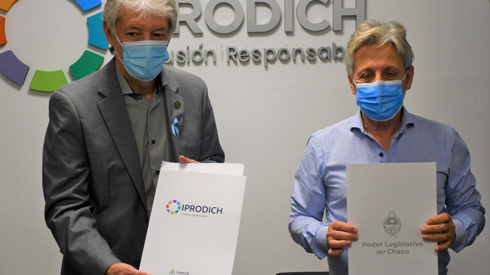 Sager y Lorenzo muestran el convenio firmado entre IPRODICH y el Poder Legislativo del Chaco